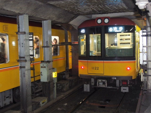 Tokyo Metro 1000 series train on the Ginza Line
