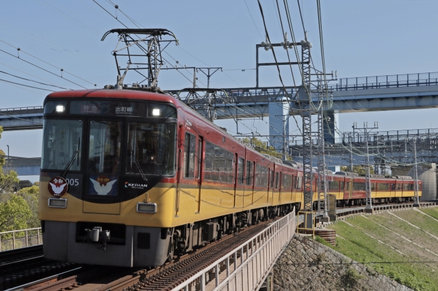 "Keihan 8000 series train, which is popular for its special seat-designated vehicle ""Premium Car"""