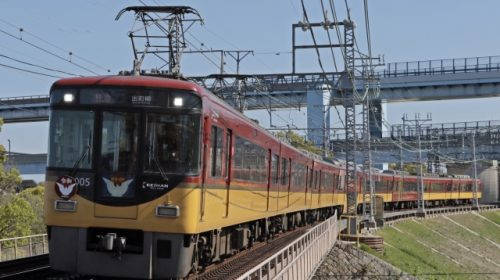 """Keihan 8000 series train, which is popular for its special seat-designated vehicle """"Premium Car"""""""