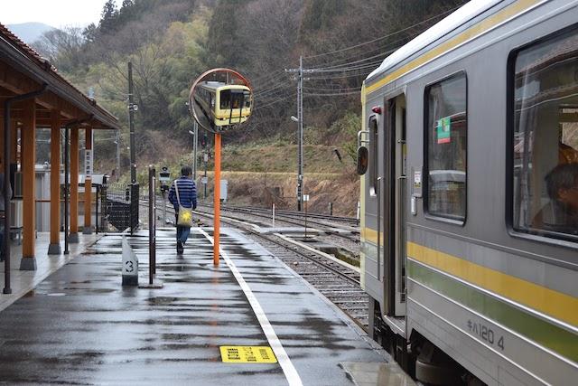 JR West KIHA 120 type diesel car waiting for departure at Izumo-Sakane Station on the Kisuki Line where switchback is performed (image) ©Katsumi